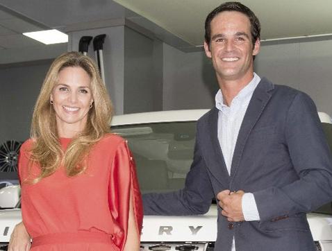 Genoveva Casanova y José Bono Jr, ganadores del VI Land Rover Discovery Challenge, entregan el premio a la Fundación Banco de Alimentos de Madrid