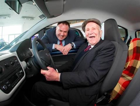 Michael Kearns, un esperit jove als 94 anys a bord dun Seat Mii