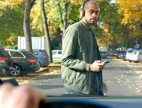 Estudios Ford: los peatones jóvenes utilizan el smartphone mientras cruzan la carretera