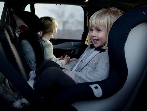 Volvo añade practicidad y confort a la seguridad con una nueva generación de asientos infantiles