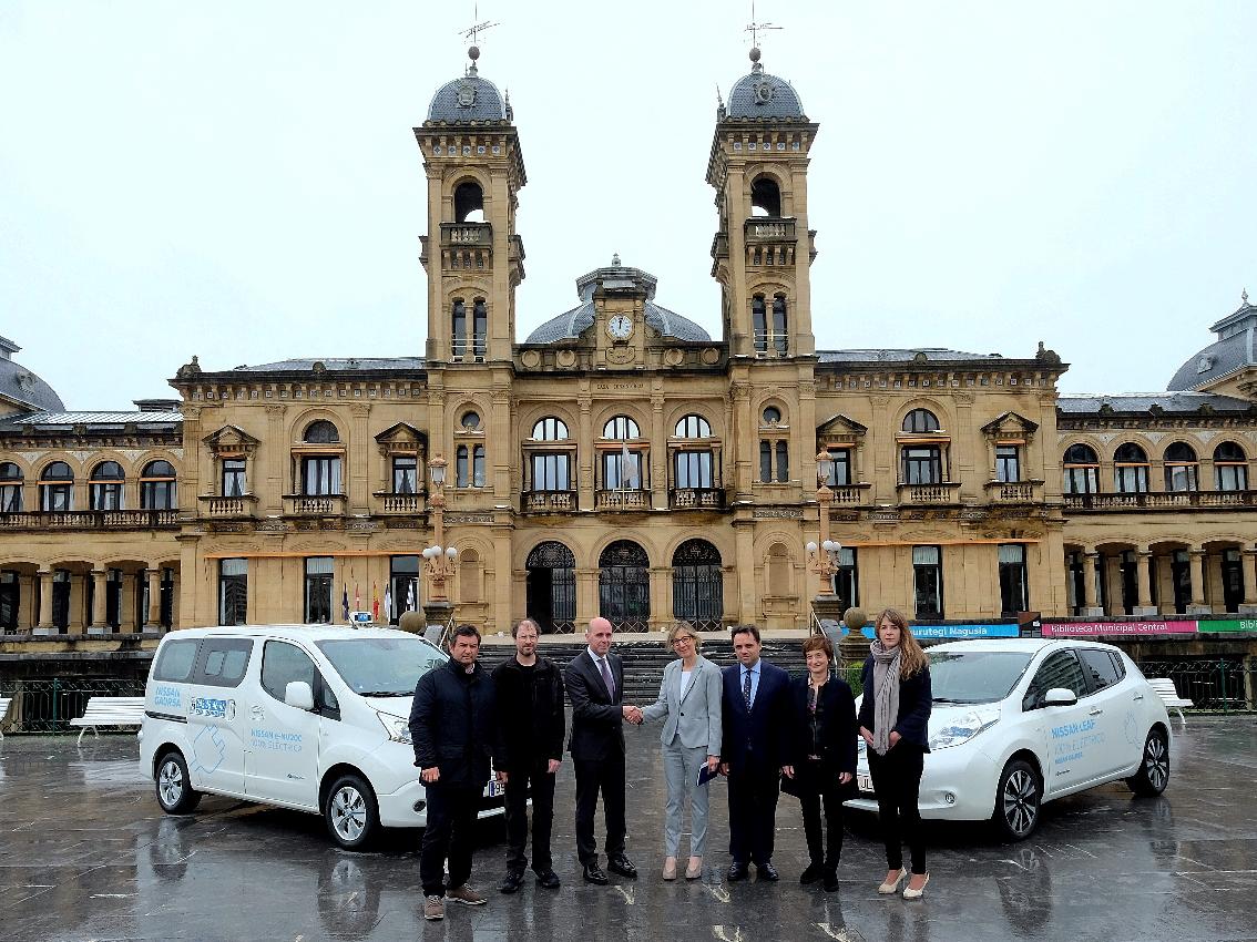 Nissan cede un Nissan LEAF y una furgoneta Nissan e-NV200 Evalia a dos asociaciones de taxistas en San Sebastián