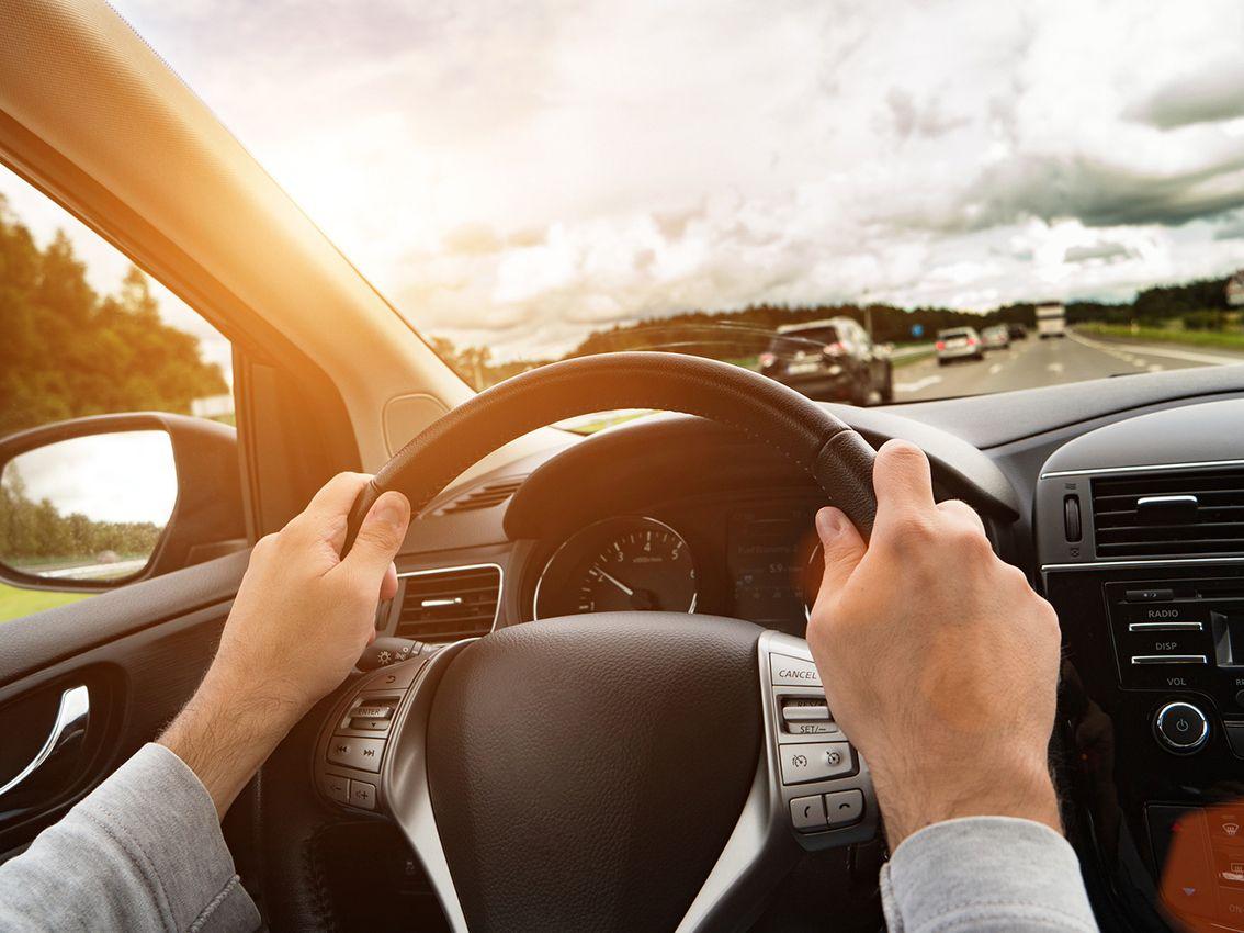 Razones principales por las que vibra el volante del coche