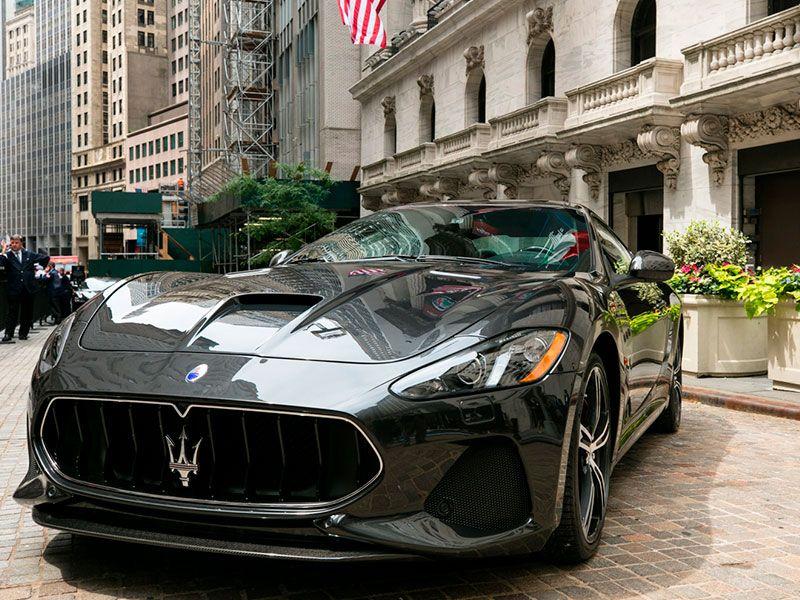 Maserati revela el renovado GranTurismo en la Bolsa de Nueva York.