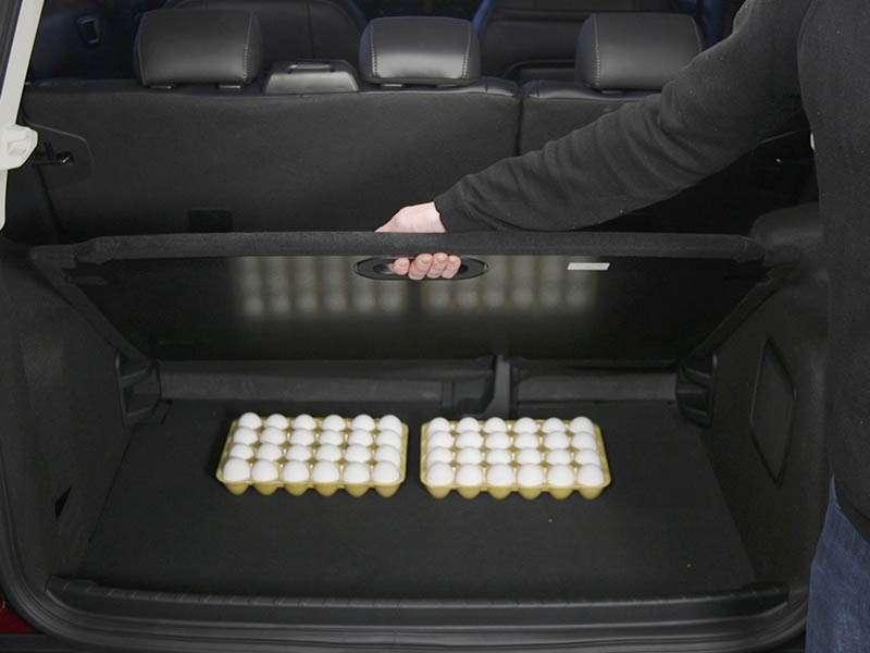 Una cubierta inspirada en el diseño de panales de abejas crea un espacio de almacenaje oculto en el nuevo EcoSport