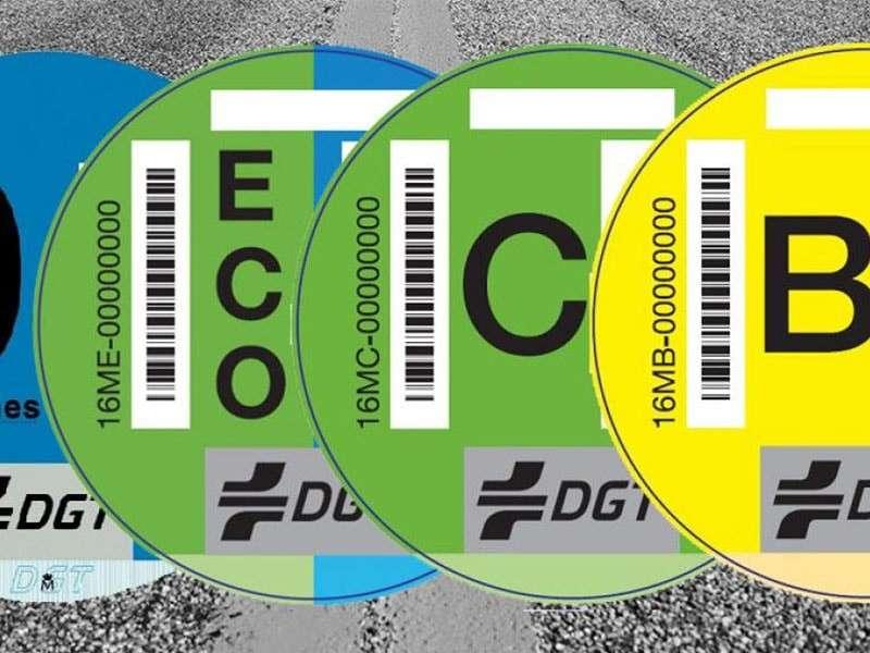 ¿Es obligatorio llevar la etiqueta de la DGT en el coche?