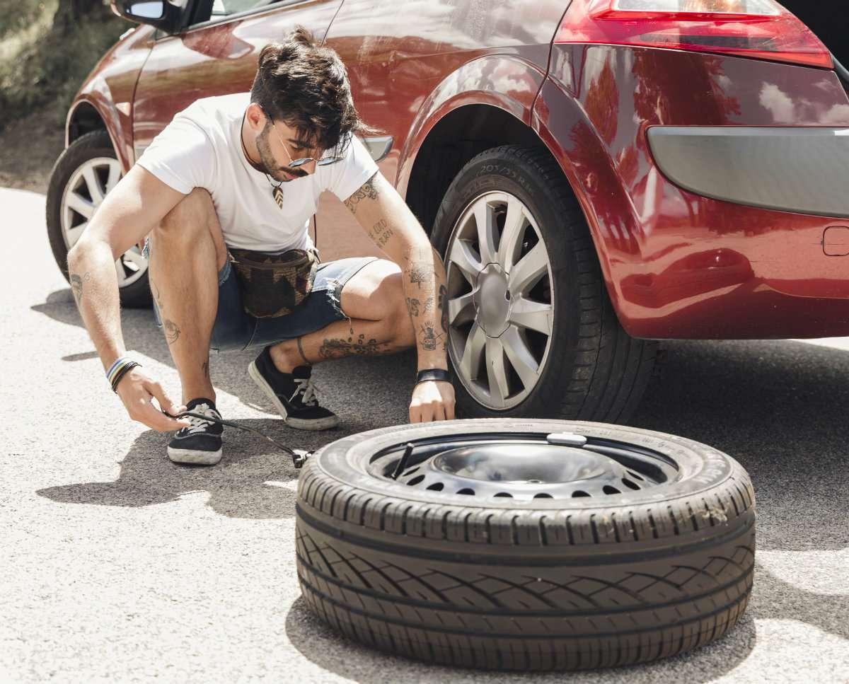 ¿Sabes cambiar una rueda? Hazlo en 5 sencillos pasos