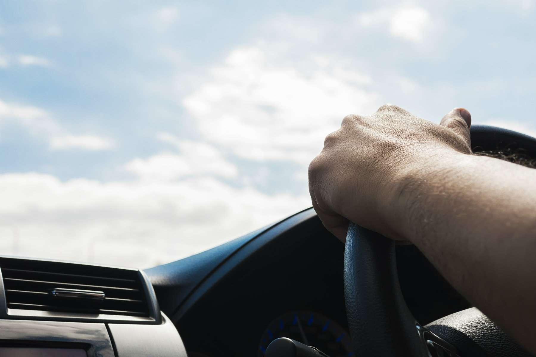 ¿Por qué el volante del coche se pone duro?