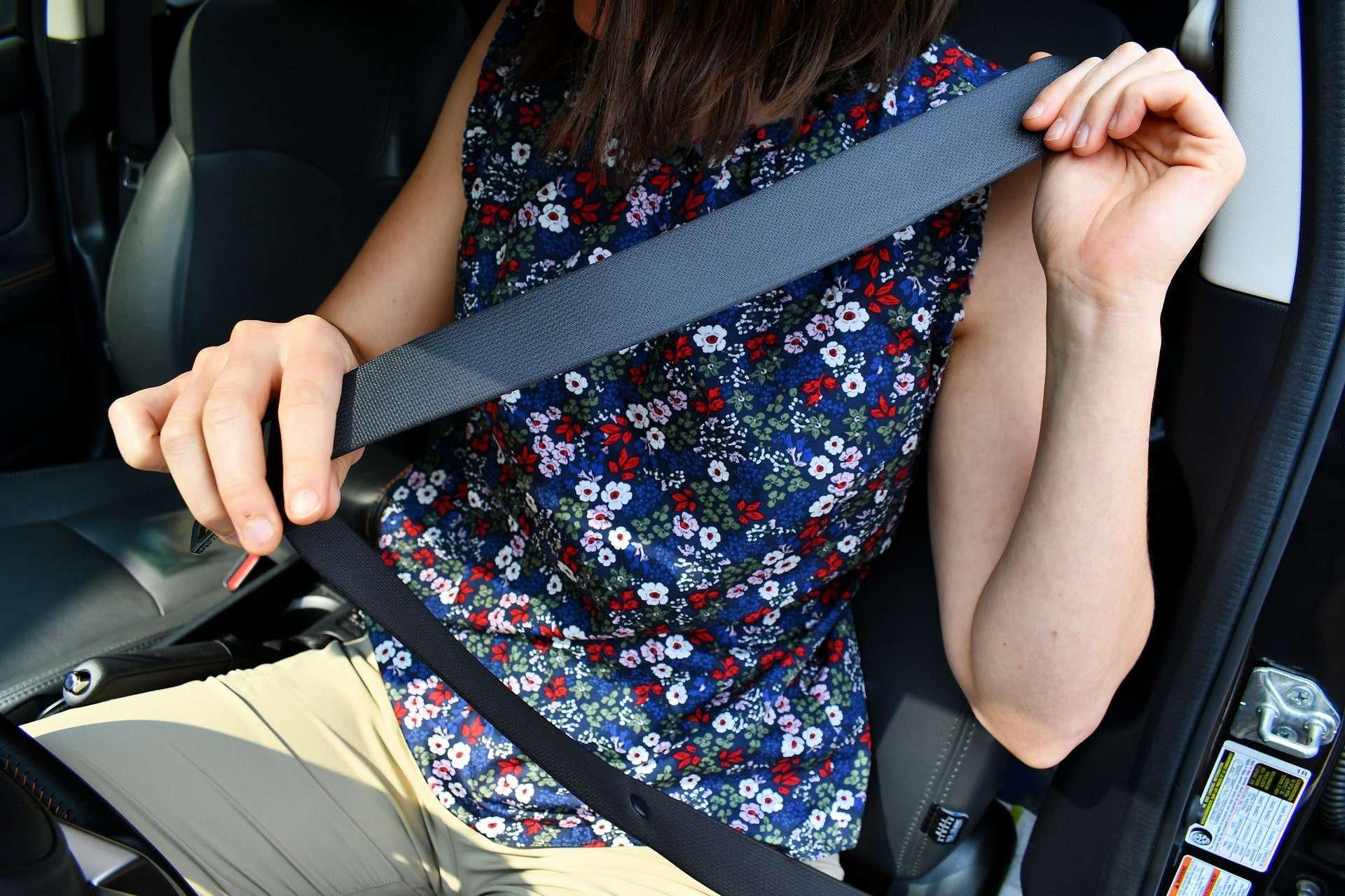 Cómo debes ponerte el cinturón de seguridad correctamente