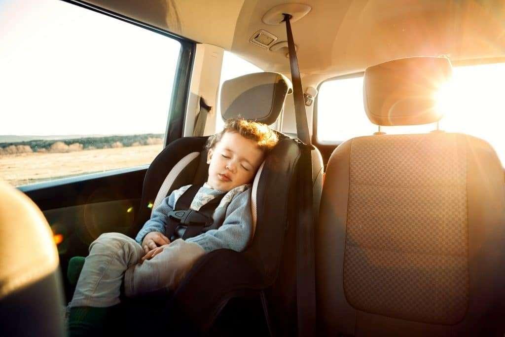 ¿Dónde pueden ir sentados los niños en el coche?