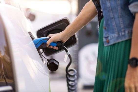 Cómo se debe cargar correctamente un coche eléctrico o híbrido enchufable