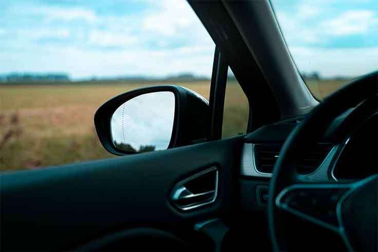 ¿Cómo arreglar los arañazos de las molduras interiores del coche?