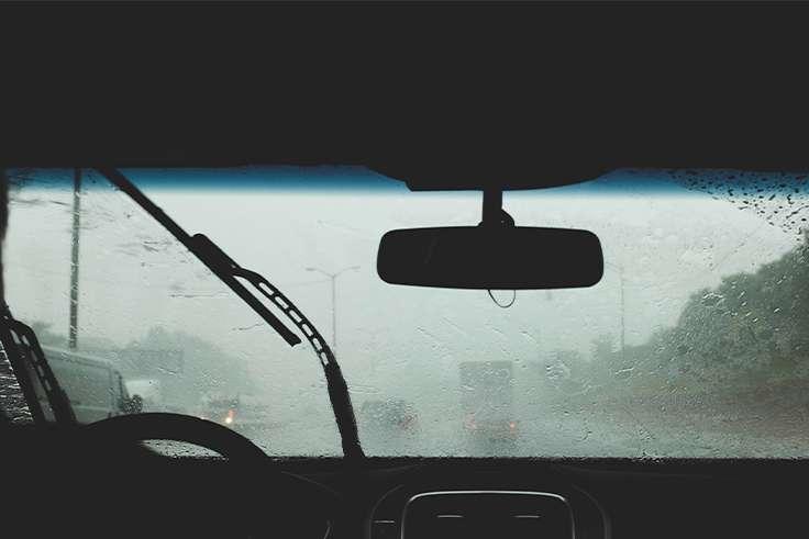 Cómo conducir con riadas e inundaciones y qué hacer en el coche si hay tormentas eléctricas
