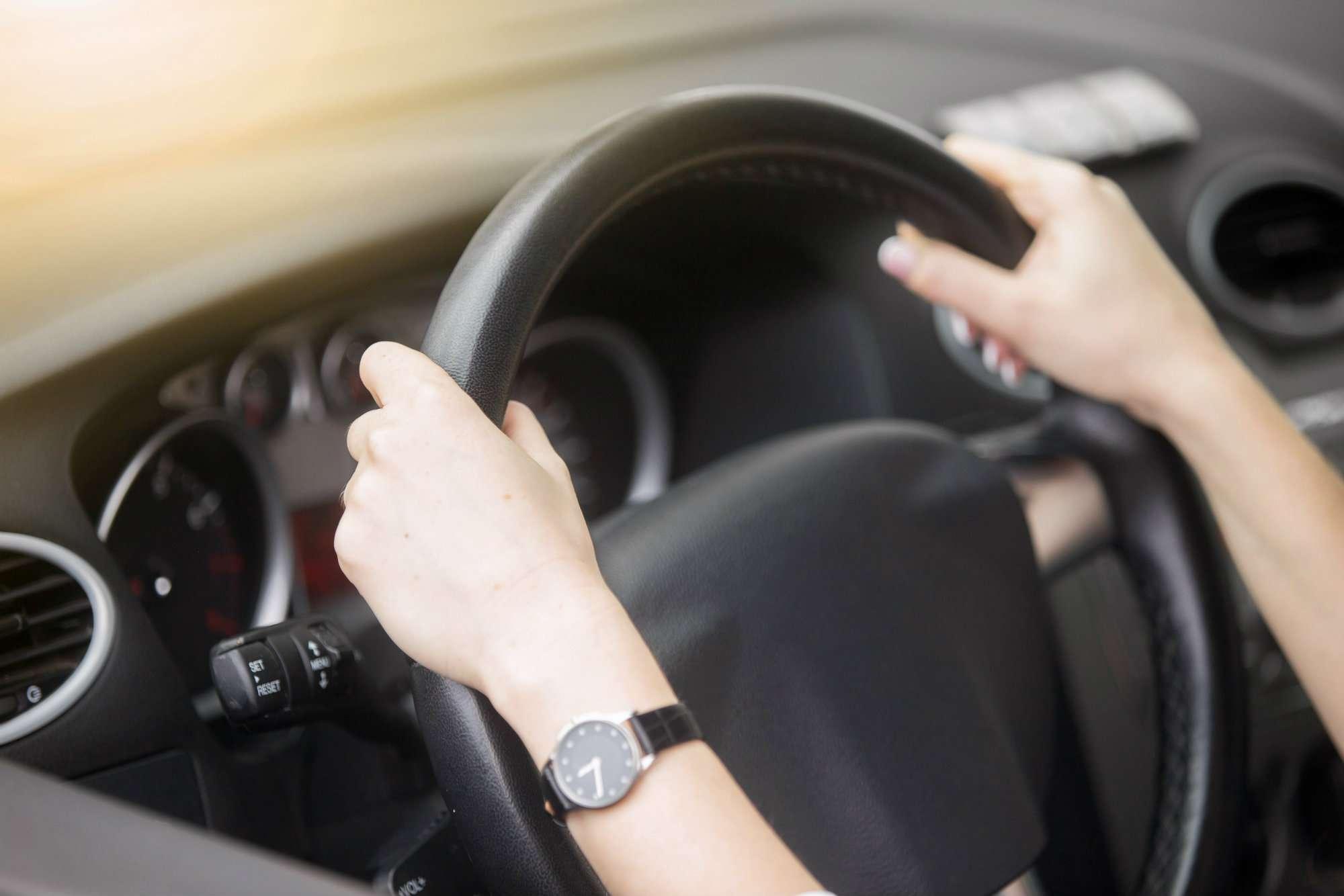 7 razones por las que puede vibrar el volante de tu coche